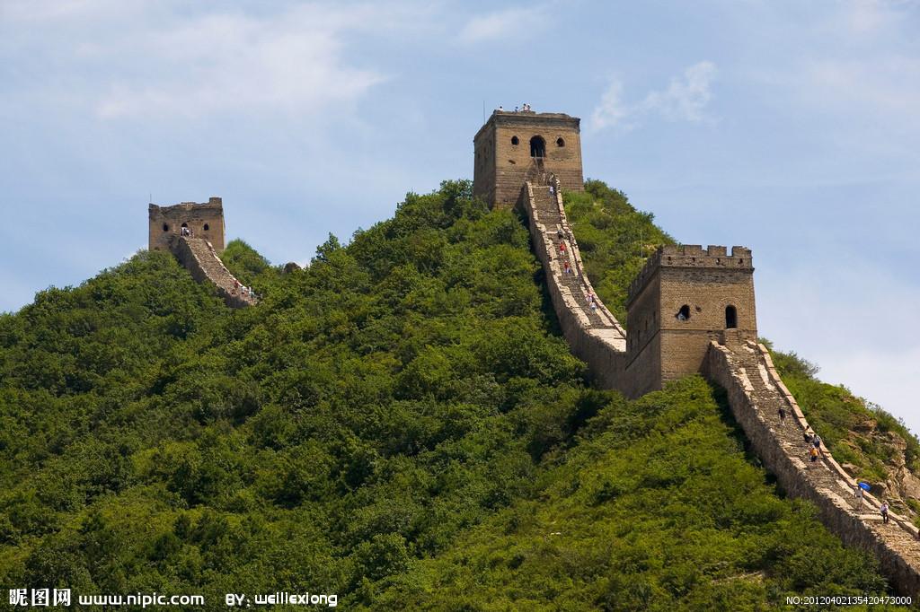 司马台长城位于北京市密云县东北部的古北口镇境内,距北京120公里,全长5.4进攻里,敌楼35座,是唯一一段保留明长城原貌的古长城。由于其特殊的地形条件和修筑者们的智慧创造,长城随着刀锋般的山脊奔驰,时宽时窄,时起时落,城台、敌楼、障墙在很短的一段距离没形式之多,变化之大,在整个万里长城之中极为 罕见。苍老城墙上的文字砖群,记载着祖辈的辛苦,至今淌流不尽的温泉和冷泉就是古人血泪聚合而成。司马台长城雄险奇特,著名长城专家罗哲文教授赞誉道中国长城是世界之最,司马台长城堪称中国长城之最。 司马台长城位于密云县古